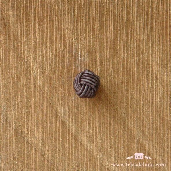 Botón gris pasamanería decorativo