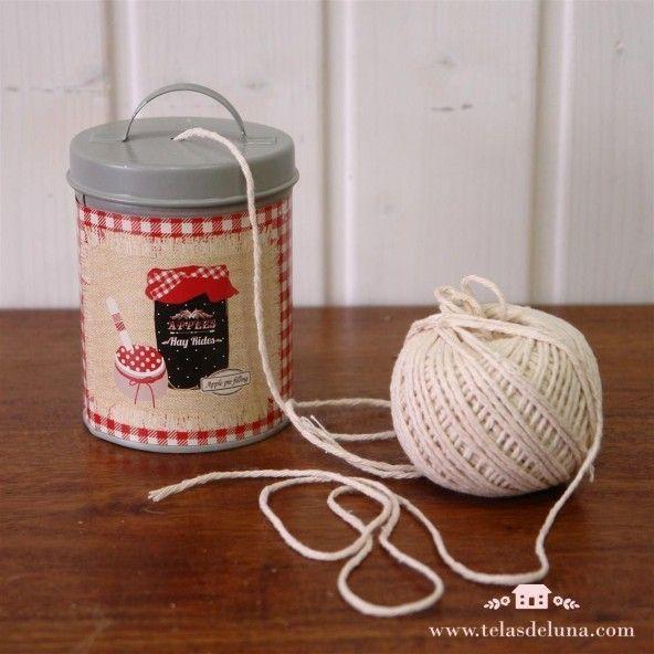 Bote metálico gris con ovillo algodón