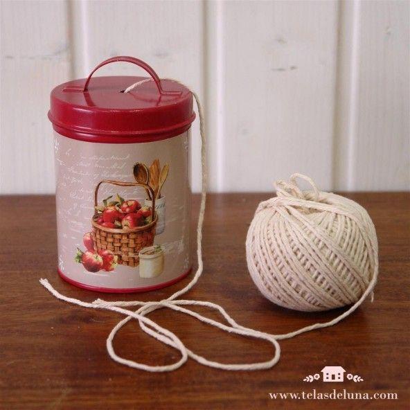 Bote metálico rojo con ovillo algodón