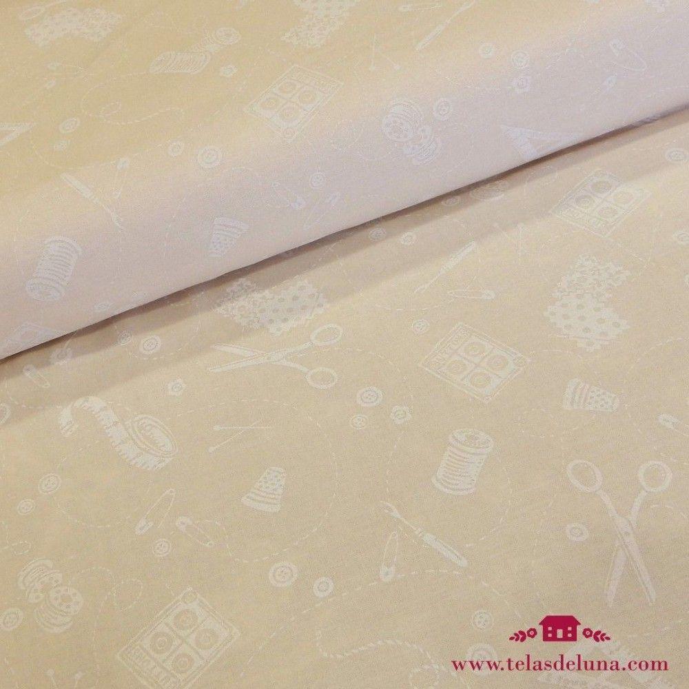 Tela beige costura tijeras botones blancos
