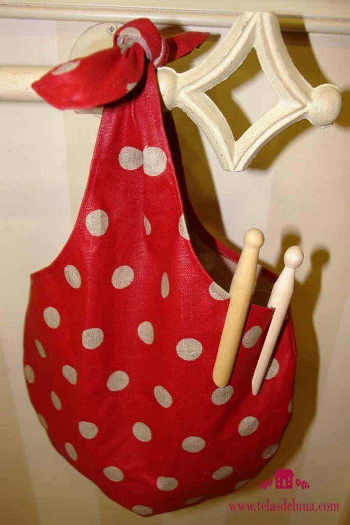 bolsa de tela roja con topos blancos para guardar las pinzas