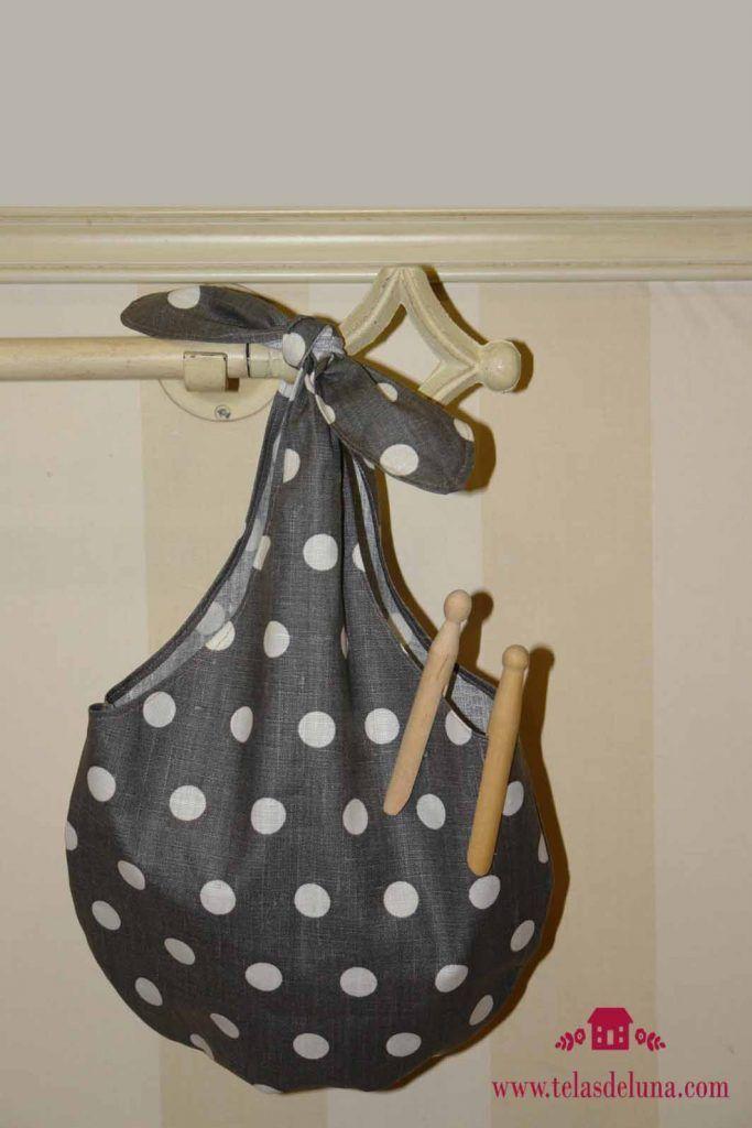 bolsa de tela negra con topos blancos para guardar pinzas